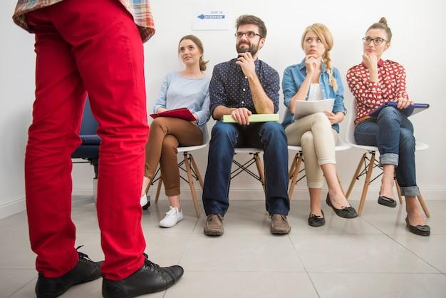 Kandydaci oczekujący na rozmowę kwalifikacyjną.