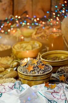 Kandyzowana pomarańcza w kształcie gwiazdy na deserze kutia. gwiazda to jeden z symboli bożego narodzenia.