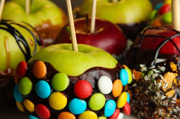 Kandyzowane jabłka na patykach z bliska