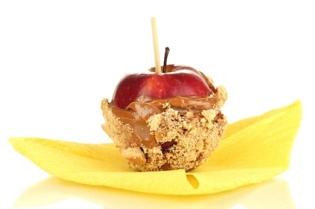Kandyzowane jabłko na patyku na białym tle