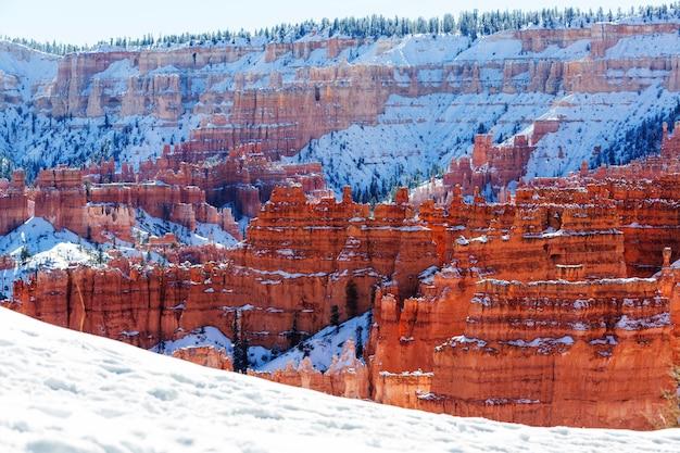 Kanion bryce ze śniegiem w sezonie zimowym.