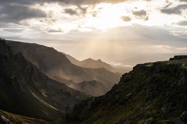Kanion i szczyt górski podczas dramatycznego i kolorowego zachodu słońca na szlaku turystycznym fimmvorduhals w pobliżu thorsmork.