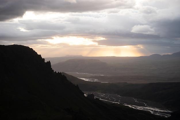 Kanion i szczyt podczas dramatycznego i kolorowego zachodu słońca na szlaku turystycznym fimmvorduhals w pobliżu thorsmork.