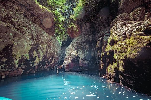 Kanion martvili w gruzji. krajobraz przyrody