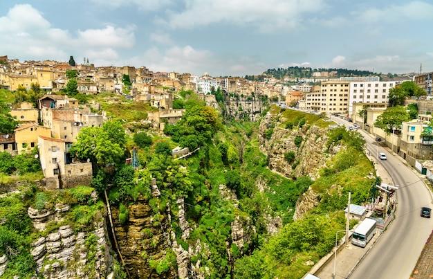 Kanion rzeki rhummel w konstantynie - algieria, afryka północna
