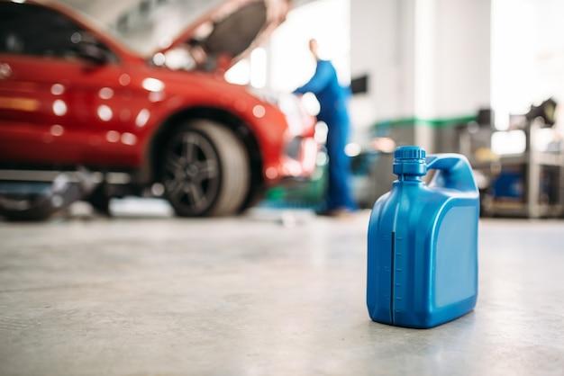Kanister oleju na podłodze w serwisie samochodowym