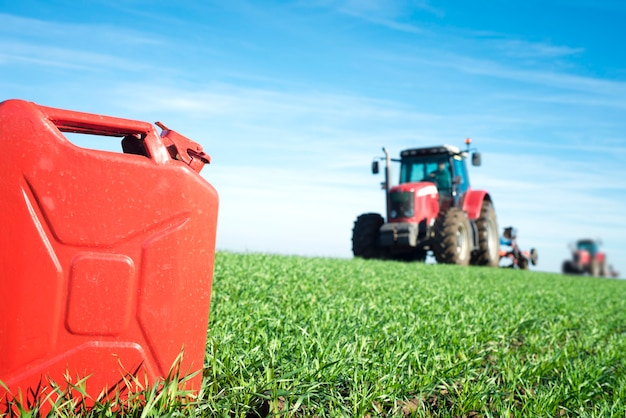 Kanister z gazem i traktor w terenie