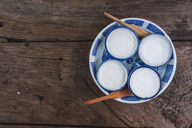 Kanom thuay, tajski odparowany krem kokosowy mleko na drewnianym stole