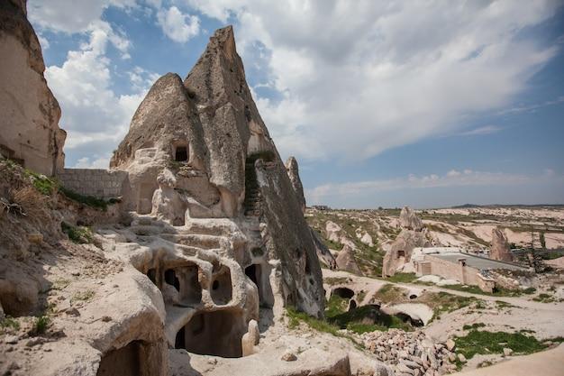 Kapadocja formacje tufów starożytne miasto jaskiniowe. letni krajobraz. dolina göreme, turcja