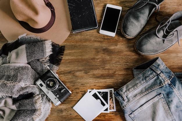 Kapelusz aparat sweter dżinsy telefon notebook