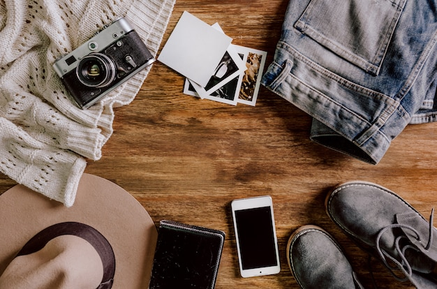 Kapelusz kamery sweter dżinsy telefon notebook buty