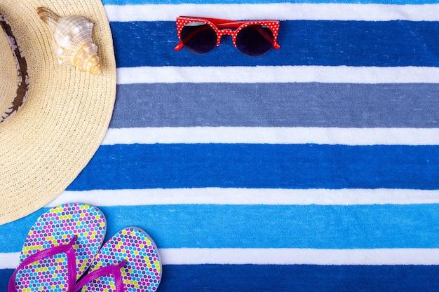 Kapelusz kobiety słomkowej plaży okulary przeciwsłoneczne widok z góry muszla klapki z miejscem na tekst.