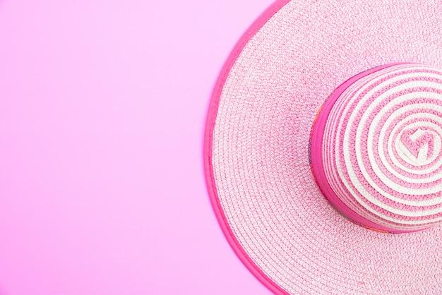 Kapelusz plażowy na letnie wakacje i koncepcję wakacji.