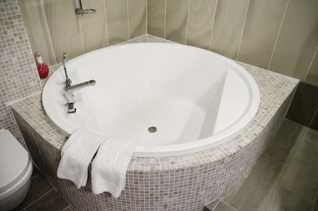 Kąpiel w jacuzzi w hotelowym centrum spa - image