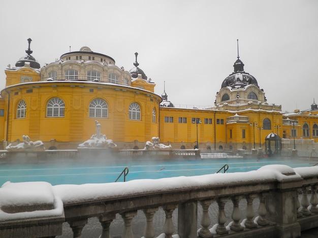 Kąpielisko termalne na świeżym powietrzu szechenyi w budapeszcie w zimowy dzień, węgry