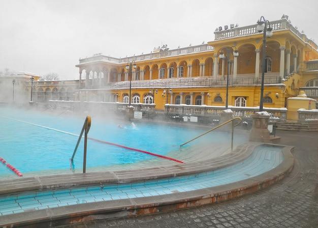 Kąpielisko termalne szechenyi w budapeszcie w zimowy dzień, węgry