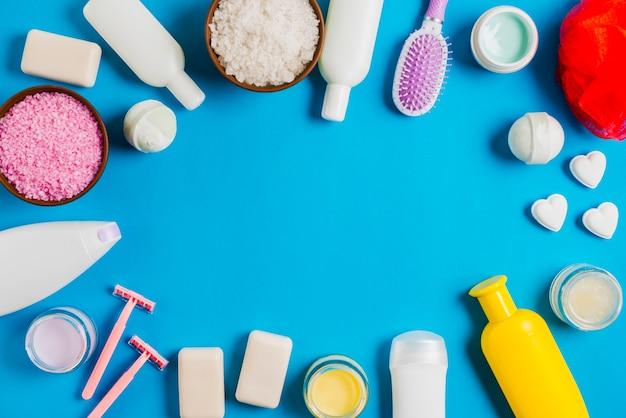 Kąpielowi kosmetyków produkty z przestrzenią dla teksta na błękitnym tle