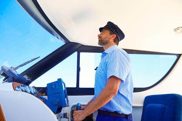 Kapitan cap marynarz łodzi żeglarstwo kryty