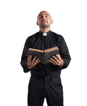 Kapłan modlący się i czytający pismo święte