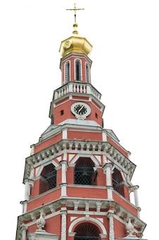 Kaplica cerkwi z czerwonej cegły na białym tle