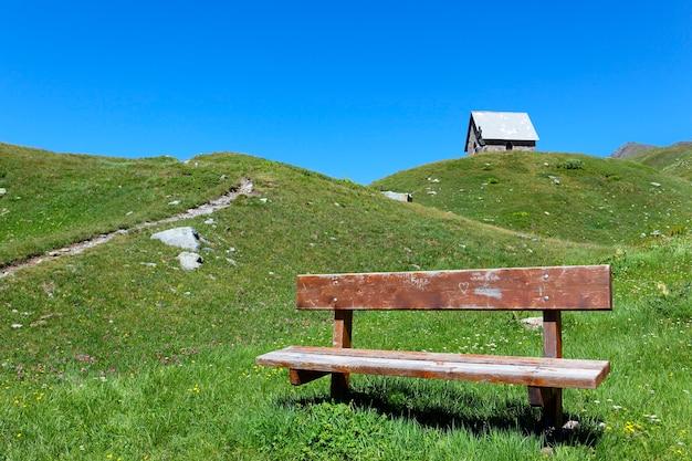Kaplica i ławka we włoskim krajobrazie latem
