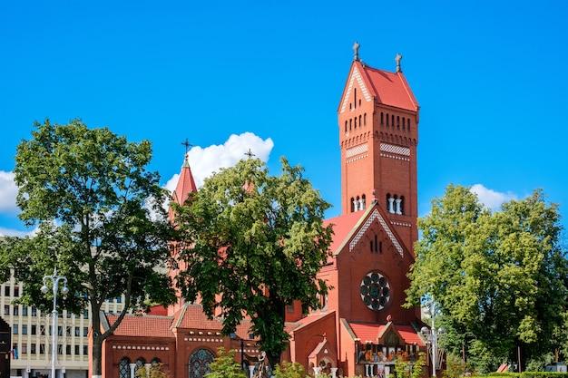 Kaplica katolicka św. szymona i św. eleny. czerwony kościół w mińsku na białorusi