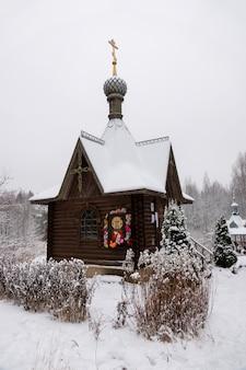 Kaplica na świętym źródle varvara iliopolskaya w pobliżu wsi kupan, powiat pereslavsky, obwód jarosławski, rosja.