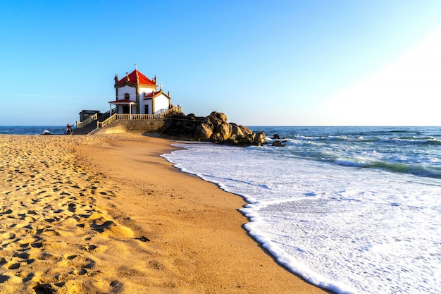 Kaplica senhor da pedra na plaży miramar, vila nova de gaia, porto