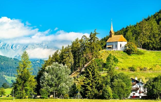 Kaplica św. anny w graun im vinschgau lub curon venosta w południowym tyrolu we włoszech