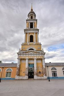 Kaplica św. jana teologa w kołomnej, biało-żółta dzwonnica na tle nieba