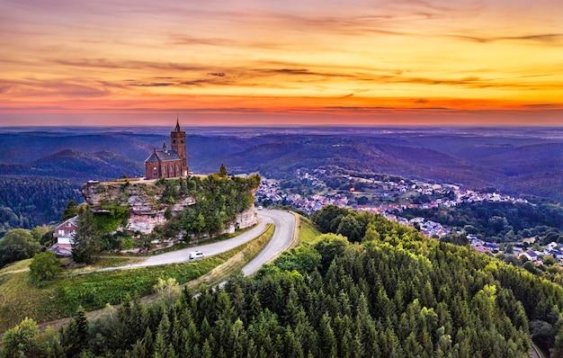 Kaplica św. leona na szczycie skały dabo w wogezach - mozela, francja