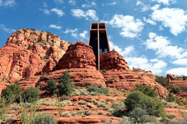Kaplica świętego krzyża pośród czerwonych skał w sedonie