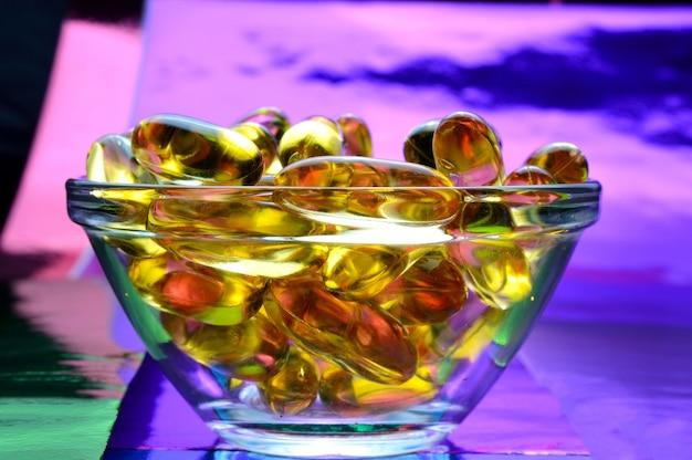 Kapsułka omega 3. w szklanej misce