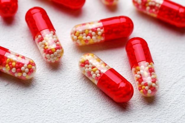 Kapsułki medycyny farmaceutycznej na białym