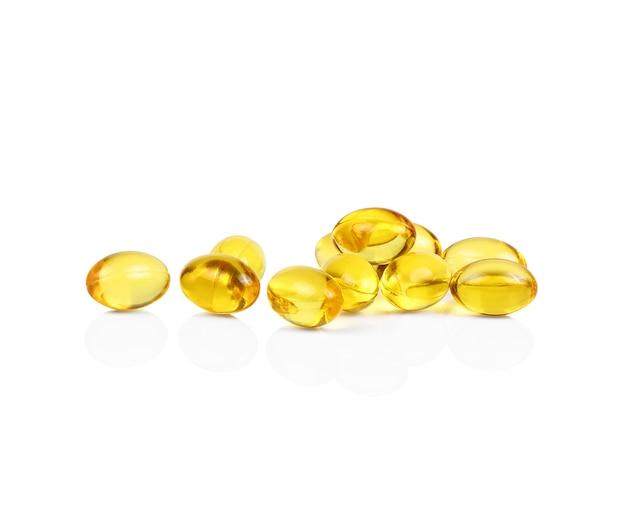 Kapsułki oleju rybnego na białym tle.