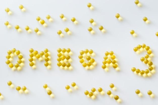 Kapsułki oleju z ryb omega-3 na białej powierzchni
