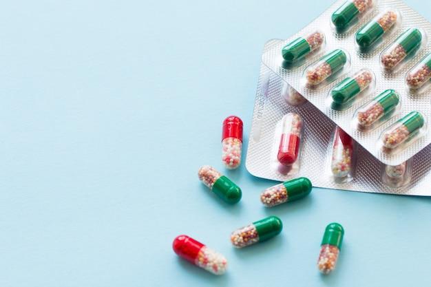 Kapsułki w blistrze różne tabletki w blistrze foliowym leki leki leki na niebieskiej powierzchni