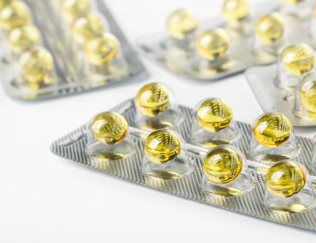 Kapsułki żelowe oleju omega 3 na białym tle