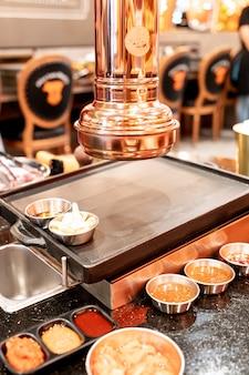 Kaptur w koreańskiej restauracji z grillem