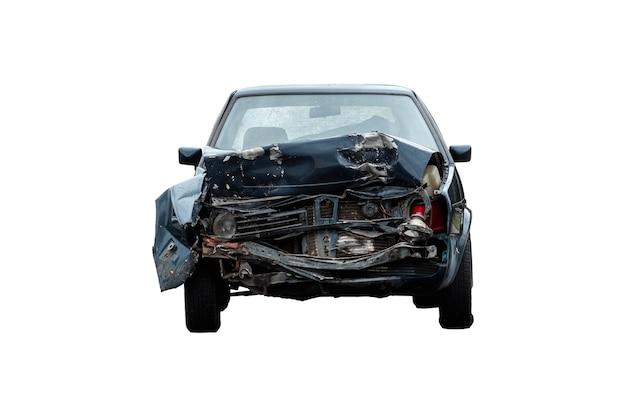 Kaptur zepsutego samochodu zbliżenie na białym tle, izolat. konsekwencje nieostrożności na drogach.
