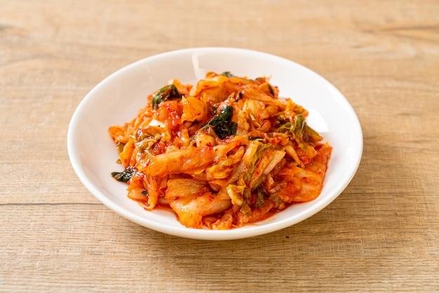 Kapusta kimchi na talerzu