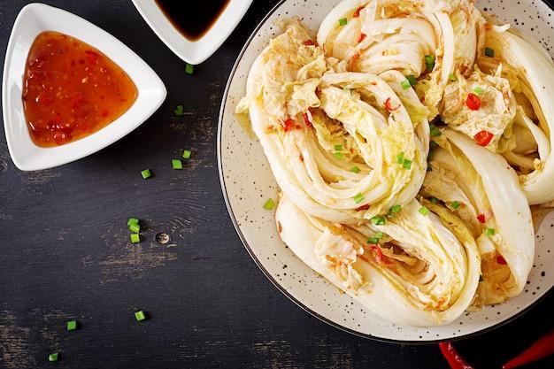 Kapusta kimchi w misce
