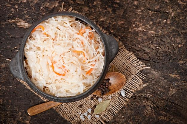 Kapusta kiszona z marchewką w drewnianej misce