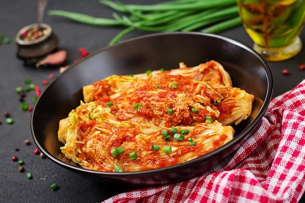Kapusta pekińska. kapusta kimchi. tradycyjne koreańskie jedzenie