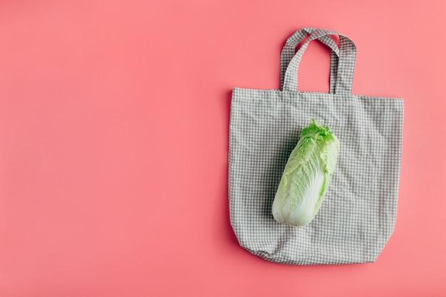 Kapusta pekińska na bawełnianej torbie na zakupy wielokrotnego użytku