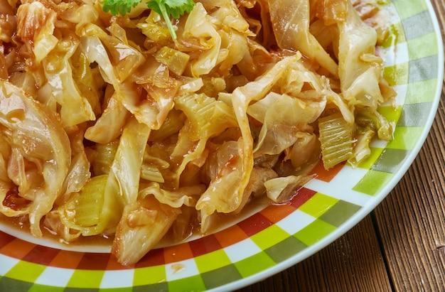 Kapusta zasmażana z kurczakiem, soczysta kapusta zasmażana z kurczakiem i warzywami.