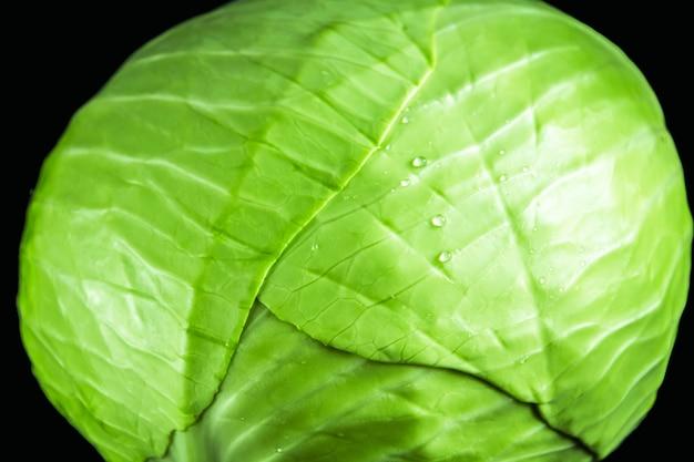 Kapusta zielona na białym tle. zamknąć widok
