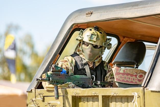 Karabin szturmowy żołnierza z tłumikiem, celownik optyczny w samochodzie. ćwiczenia wojskowe. koncepcja wojny, wojska, technologii i ludzi