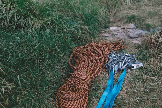 Karabiny i liny na ziemi