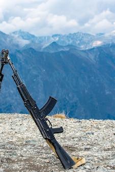 Karabiny kałasznikowa na tle gór kaukazu.